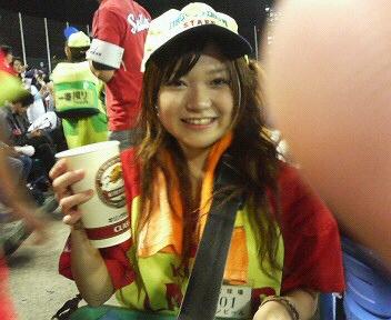 神宮球場のビールの売り子さんはモデルの卵の女の子!
