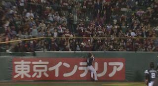 AJのホームランに体を張ったファンの猛抗議でチャレンジが成立した!