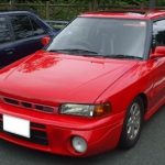 阿部寛さんの愛車は「赤いファミリア」