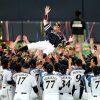 【野球の底力】引退の小久保選手を両チームのナインが胴上げ